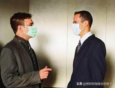 两人戴口罩短暂交谈